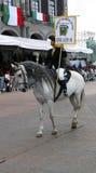 Mujer del caballo que monta a con el caballo fotos de archivo