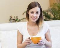 Mujer del café de la taza del retrato Foto de archivo libre de regalías