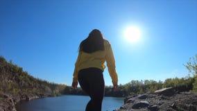 Mujer del caminante ir al top de la montaña, disfrutar y aumentar de las manos