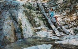Mujer del caminante que descansa sobre la naturaleza Foto de archivo libre de regalías