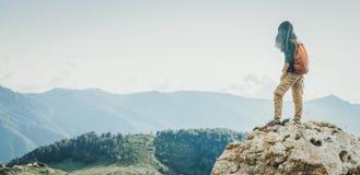Mujer del caminante que mira las montañas imagenes de archivo