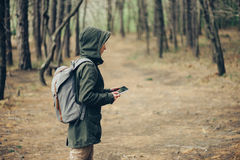 Mujer del caminante que trabaja en la tableta digital Fotografía de archivo