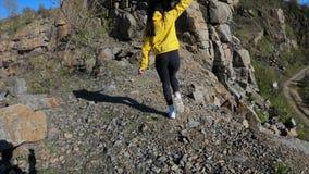 Mujer del caminante que va encima de la montaña, vista posterior