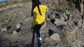 Mujer del caminante que va encima de la monta?a, vista posterior