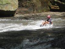 Mujer del campista que resbala por las piedras de la cascada en Barinas Venezuela en Suramérica imagen de archivo