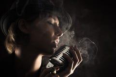 Mujer del cantante con el micrófono retro fotos de archivo libres de regalías