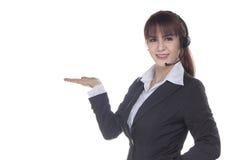 Mujer del centro de atención telefónica con el tiro del estudio de las auriculares Wom sonriente del negocio Imagen de archivo libre de regalías