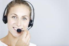 Mujer del centro de llamada con las auriculares Foto de archivo
