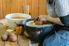 Mujer del ceramista en el trabajo Imagen de archivo libre de regalías