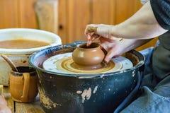 Mujer del ceramista en el trabajo Foto de archivo