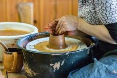 Mujer del ceramista en el trabajo Imagen de archivo