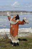 Mujer del chukchi del baile Imagenes de archivo