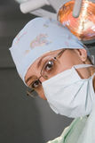 Mujer del cirujano con la máscara Imagen de archivo