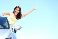 Mujer del coche en el camino en viaje por carretera Imágenes de archivo libres de regalías