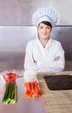 Mujer del cocinero con los ingredientes para los rodillos de sushi Imagen de archivo