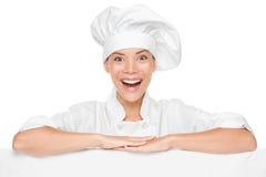 Mujer del cocinero o del panadero que muestra la cartelera de la muestra emocionada Fotografía de archivo libre de regalías