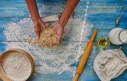 Mujer del cocinero que prepara las pastas italianas Foto de archivo