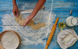 Mujer del cocinero que prepara las pastas italianas imagenes de archivo