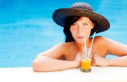 Mujer del coctel de la piscina foto de archivo libre de regalías