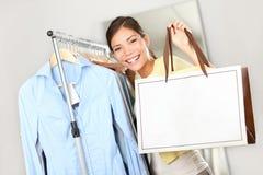 Mujer del comprador que muestra la muestra del bolso de compras Imagen de archivo