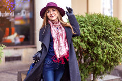 Mujer del comprador que ríe afuera en calle Fotos de archivo libres de regalías
