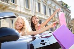 Mujer del conductor de coche que conduce y que hace compras con los amigos Fotos de archivo libres de regalías