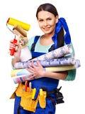 Mujer del constructor con el papel pintado. Foto de archivo