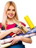 Mujer del constructor con el papel pintado. Fotografía de archivo