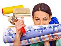 Mujer del constructor con el papel pintado Foto de archivo libre de regalías