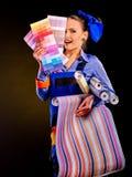 Mujer del constructor con el papel pintado Imagen de archivo