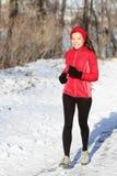 Mujer del corredor de la nieve del invierno Fotografía de archivo libre de regalías
