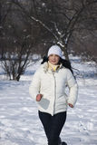 Mujer del corredor en nieve Fotografía de archivo
