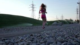 Mujer del corredor que corre en el parque que ejercita al aire libre Cámara lenta almacen de video