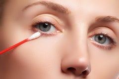 Mujer del cuidado de piel que quita maquillaje de la cara con la esponja de algodón Concepto del cuidado de piel Modelo caucásico Foto de archivo