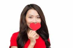 Mujer del día de tarjetas del día de San Valentín que lleva a cabo el corazón aislado Imagen de archivo libre de regalías