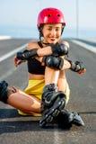 Mujer del deporte con los rodillos en la carretera Fotografía de archivo libre de regalías