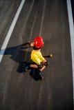 Mujer del deporte con los rodillos en la carretera Imagenes de archivo