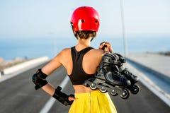 Mujer del deporte con los rodillos en la carretera Fotos de archivo libres de regalías