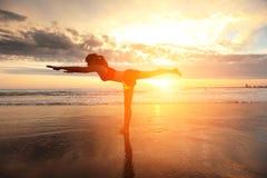 Mujer del deporte de la yoga Foto de archivo libre de regalías