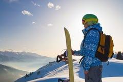 Mujer del deporte en montañas nevosas Imagen de archivo libre de regalías