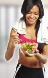 Mujer del deporte que come la ensalada Fotografía de archivo
