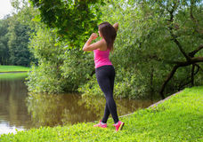 Mujer del deporte que estira y que se prepara para correr Fotos de archivo