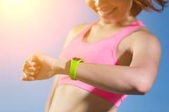 Mujer del deporte que lleva el reloj elegante Foto de archivo libre de regalías