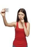 Mujer del descontento que toma imágenes de sí misma a través del teléfono móvil Foto de archivo libre de regalías