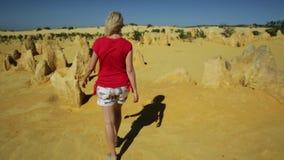 Mujer del desierto de los pináculos almacen de metraje de vídeo