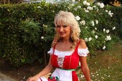 Mujer del dirndl de la Navidad Fotos de archivo libres de regalías
