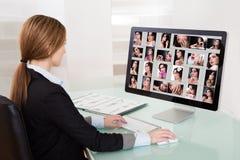 Mujer del diseñador que trabaja en el ordenador imagen de archivo