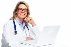 Mujer del doctor con el ordenador portátil. foto de archivo