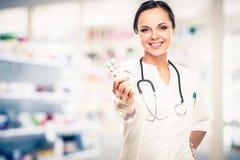 Mujer del doctor en farmacia Fotos de archivo