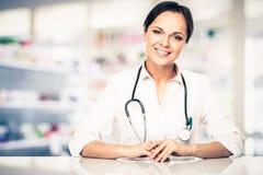 Mujer del doctor en farmacia Imagen de archivo libre de regalías